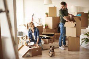 Couple heureux qui emménage dans un nouvel appartement à beausoleil
